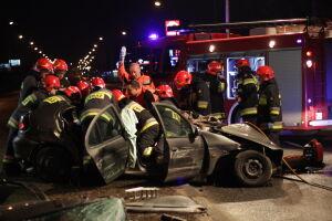 Groźny wypadek na Hynka. Ranni zakleszczeni w autach