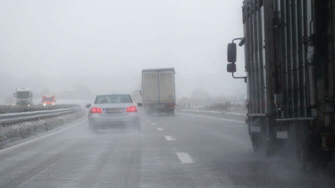 Porywisty wiatr i deszcz napotkają kierowcy