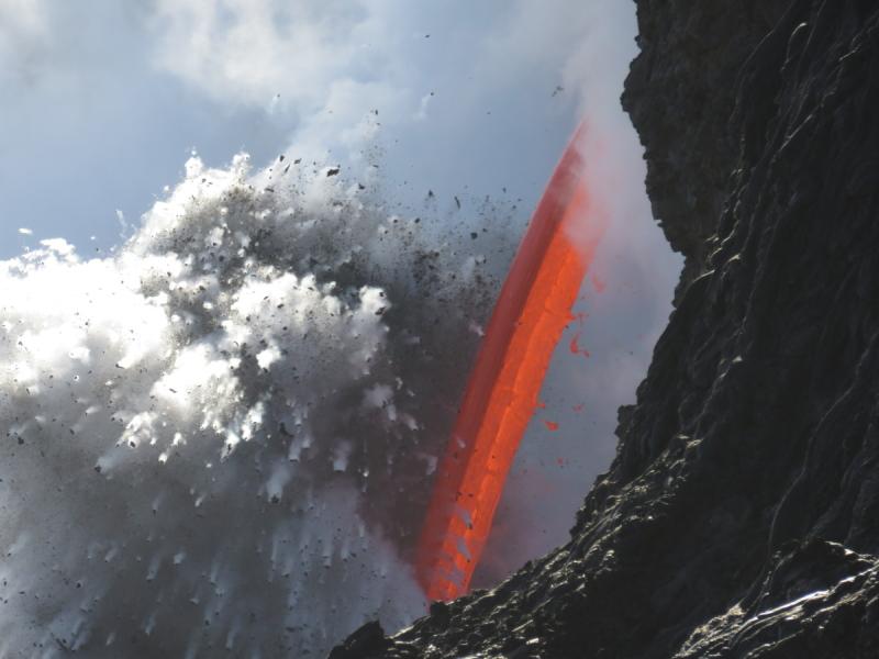 Wybuchowe spotkanie lawy i zimnej wody Pacyfiku (USGS)