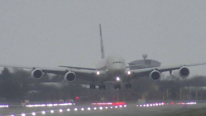 Kolejny sztorm, kolejne ekstremalne lądowanie