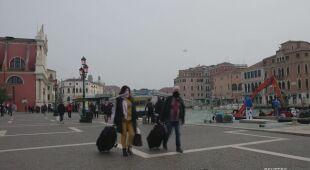 Ludzie w Wenecji noszą maski